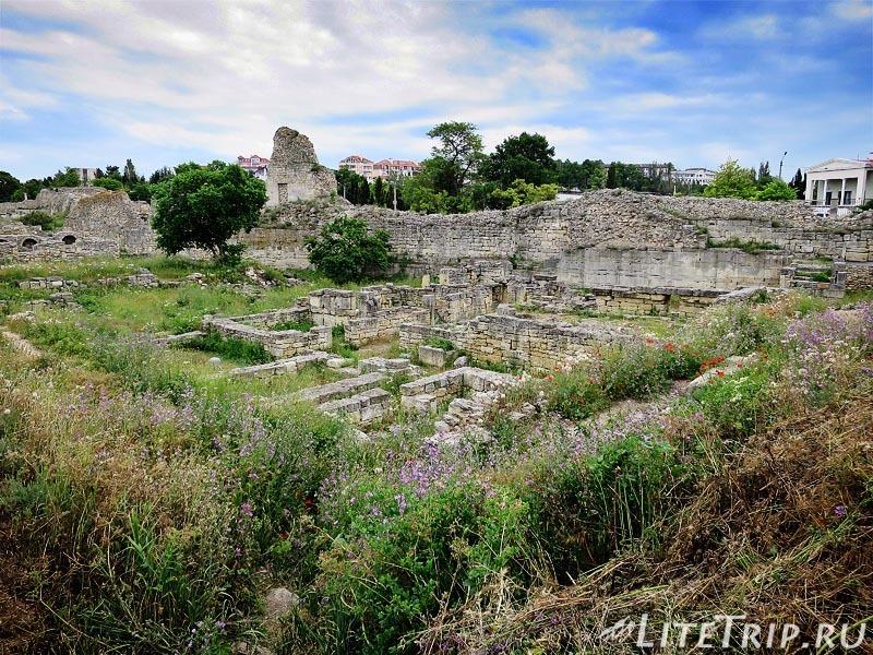 Крым. Севастополь. Херсонес - развалины перед стеной.