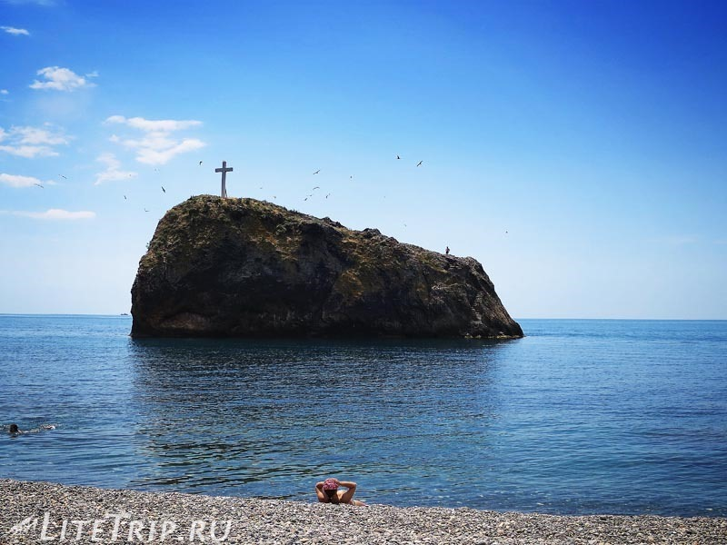 Крым. Мыс Фиолент. Яшмовый пляж - камень с крестом.