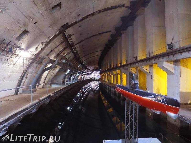 Крым. Балаклава. Музей подводных лодок. Переход через морской канал.