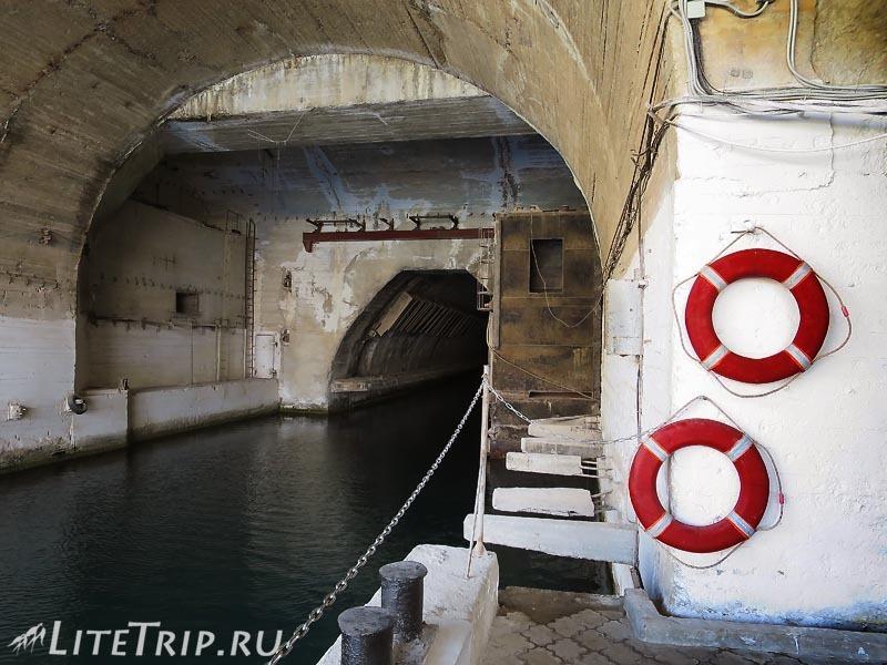 Крым. Балаклава. Музей подводных лодок. Проезд по каналу.