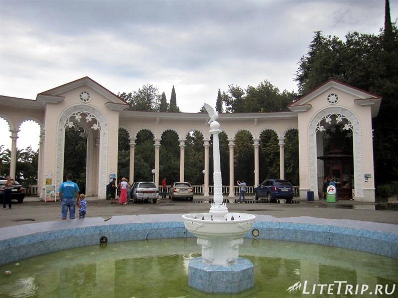 Абхазия. Гагра (Гагры) - колоннада с фонтаном.