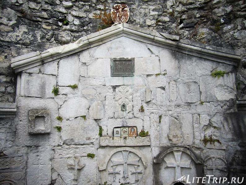 Абхазия. Новый Афон. Анакопийская крепость - барельефы церкви.