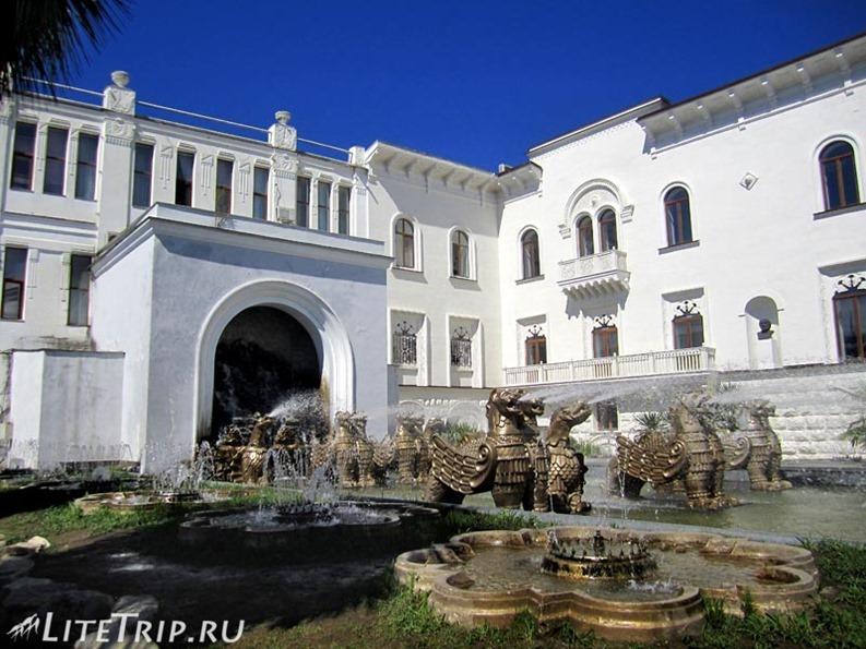 Абхазия. Сухуми - фонтан с грифонами.