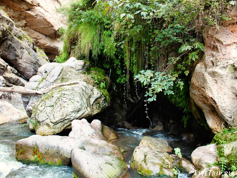 Мост Сатаны и минеральные источники, пещера