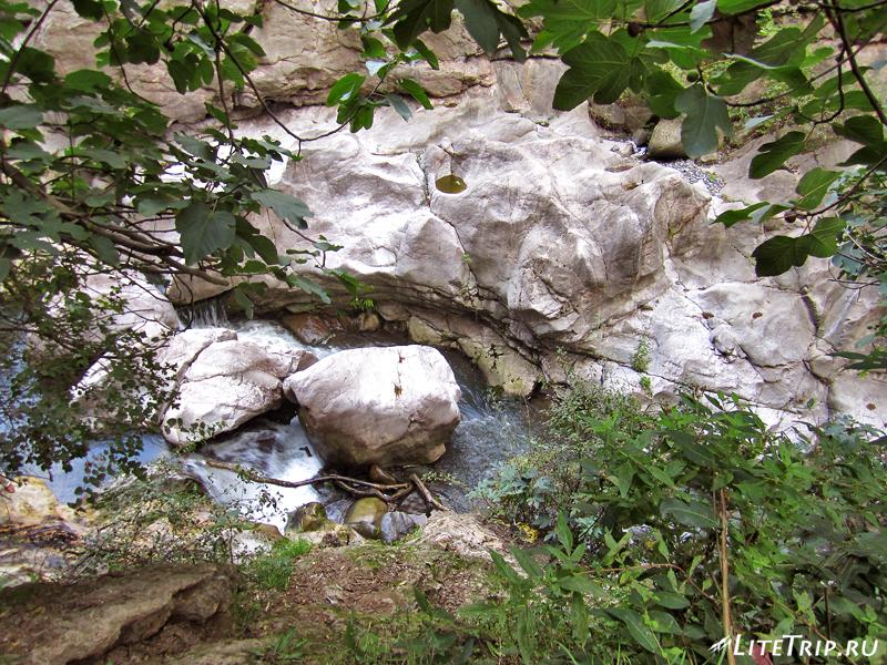 Мост Сатаны и минеральные источники, поток воды
