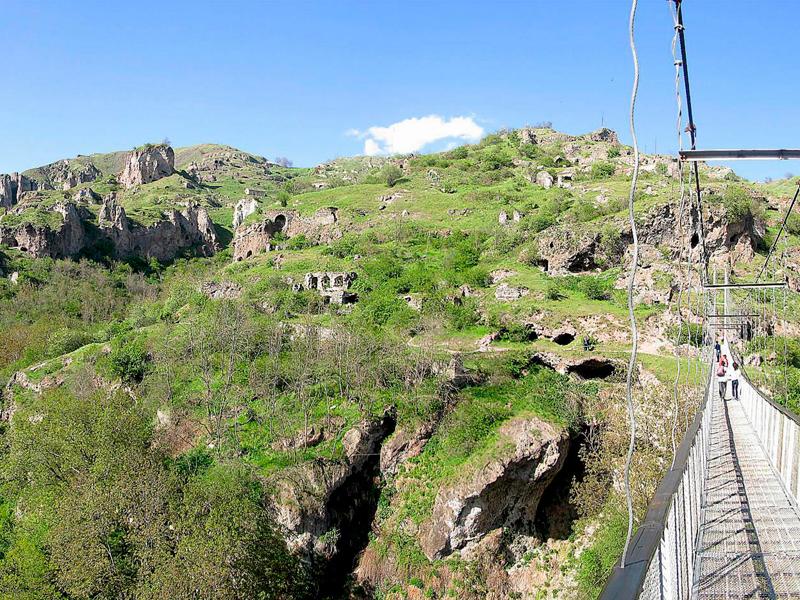 Пещерный город и мост в Хндзориске, фото из интернета