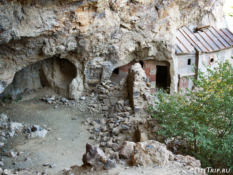 Остатки монастыря Гегард в скалах
