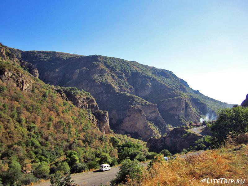 Вид со скал на горы и дорогу