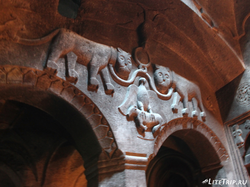 Орнамент на стенах монастыря Гегард