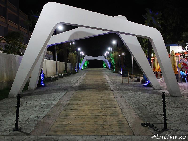 Входная арка на пляж в Уреки