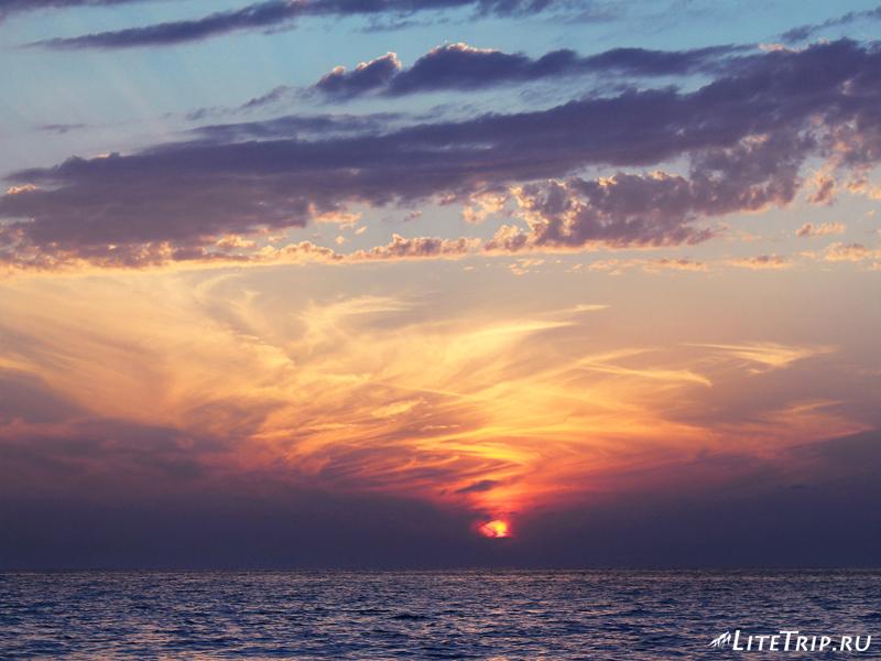 Великолепный закат на пляже в Уреки