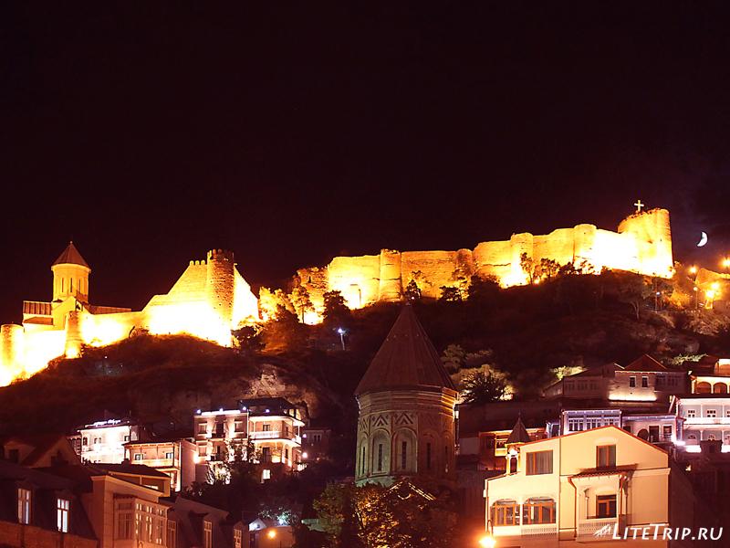 Крепость Нарикала на горе в Тбилиси