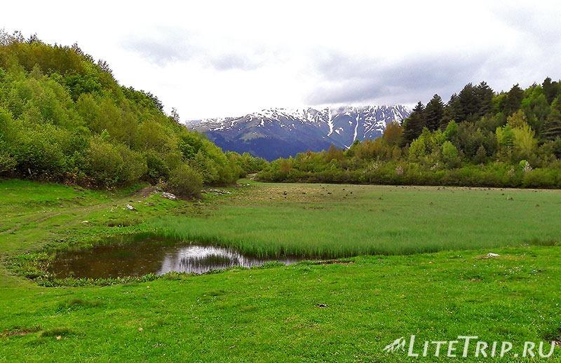 Грузия. Сванетия. Село Лахири. Озеро на вершине холма.