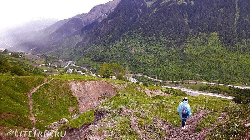 Грузия. Сванетия. Село Лахири. Подъем на холм.
