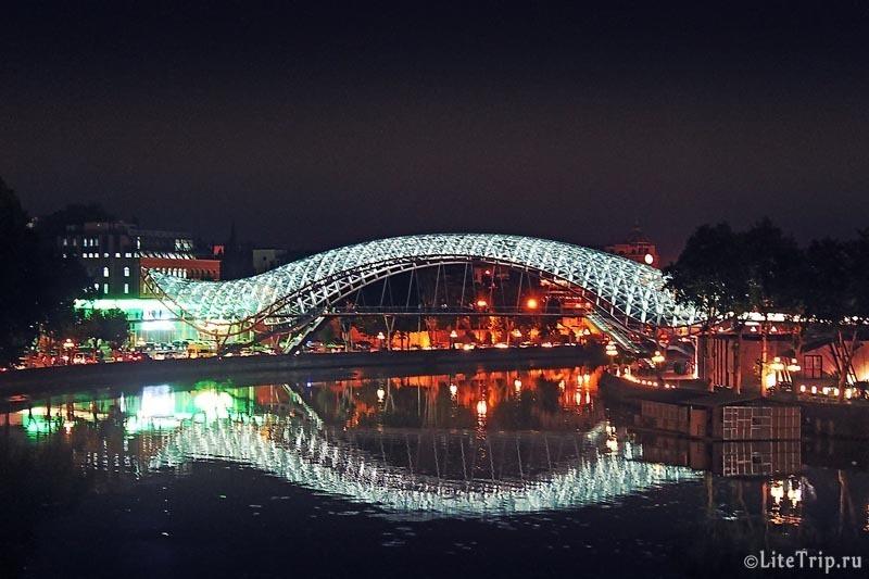 Грузия. Тбилиси. Стеклянный мост Мира ночью.