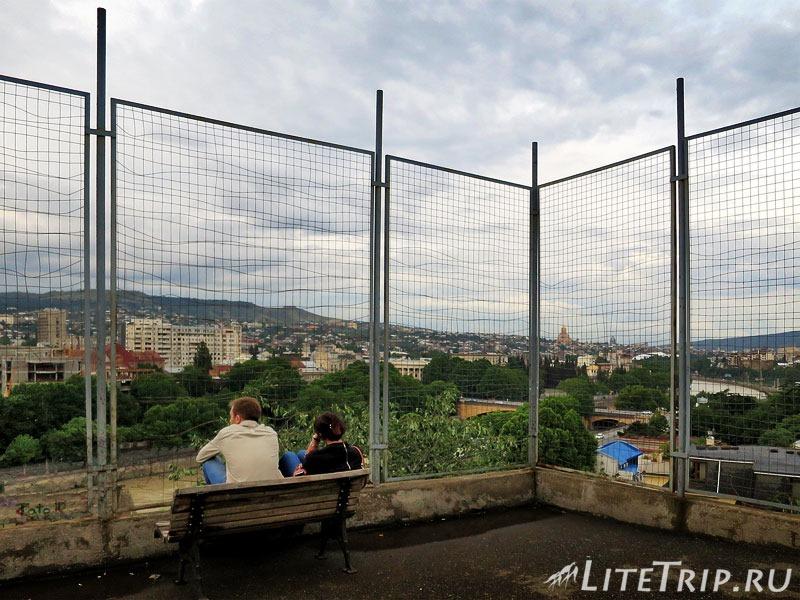 Грузия. Тбилиси. Проспект Руставели. Обзорная площадка в попутном парке.