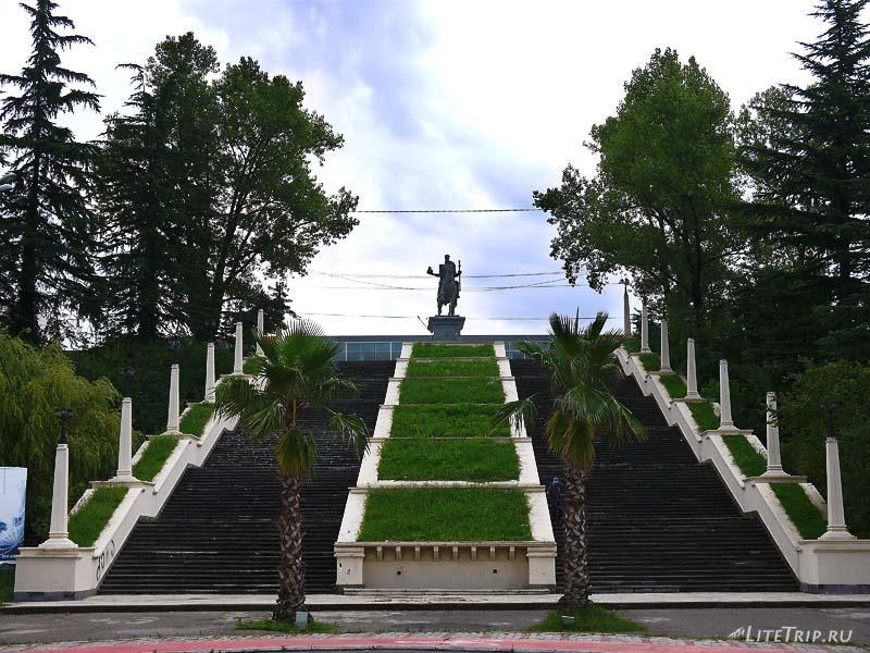 Грузия. Кутаиси. Проспект и памятник Давиду Строителю.