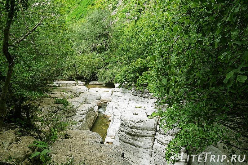 Грузия. Водопады Кинчха. Вдоль русла каньона.