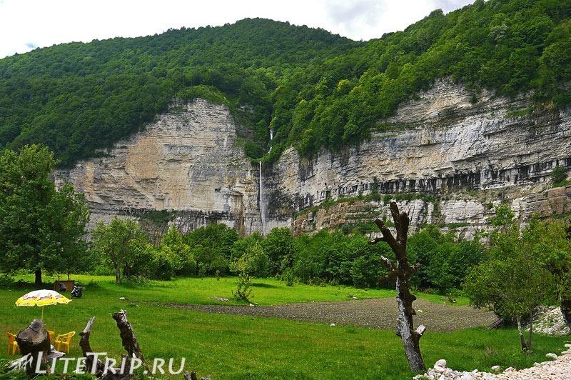Грузия. Вид на водопад Кинчха издали.