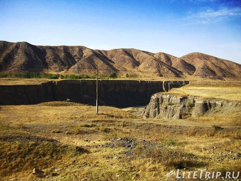 Таджикистан. Перевал Душанбе - Худжанд. Каньон.