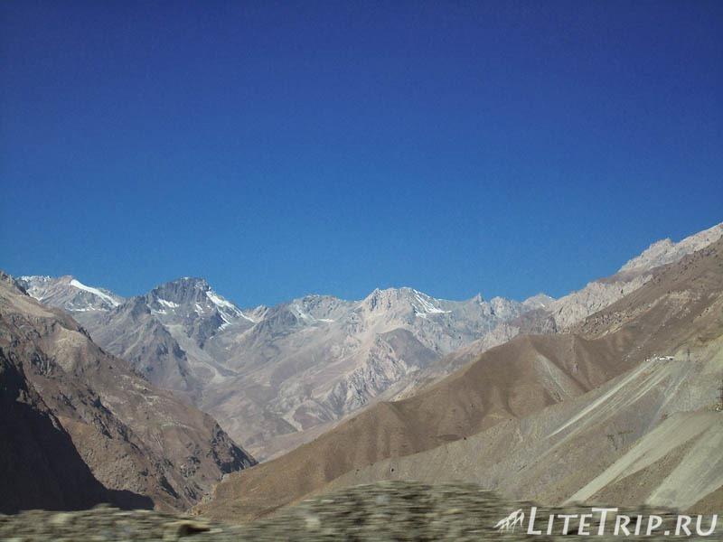 Таджикистан. Перевал Душанбе - Худжанд. Горы.