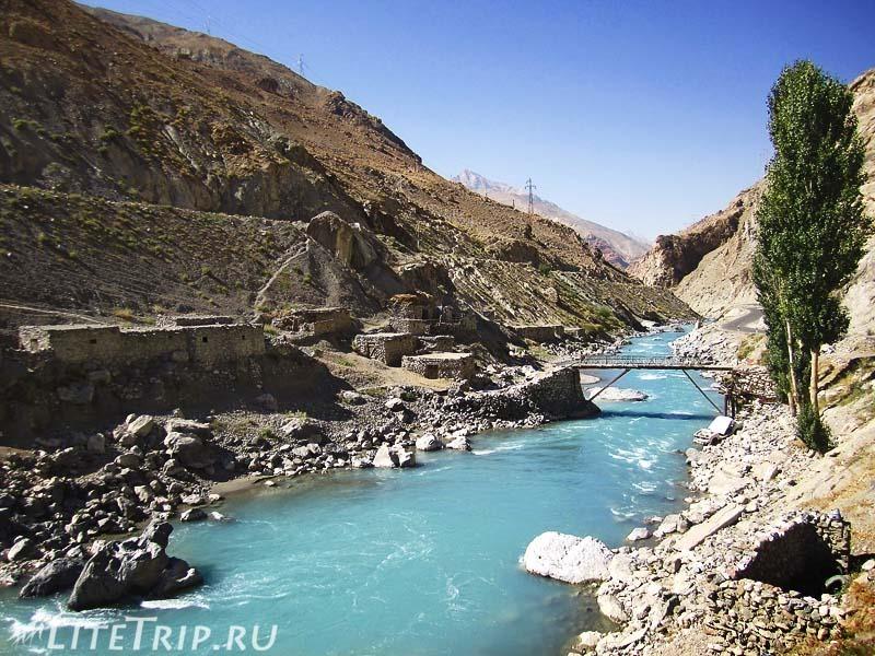 Таджикистан. Перевал Душанбе - Худжанд. Деревня.