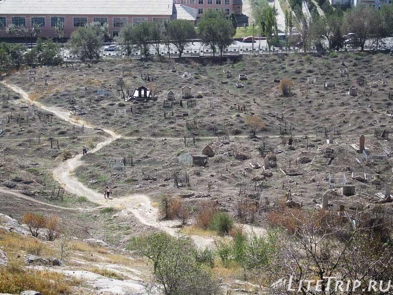 Киргизия. Ош. Гора Сулейман-тоо - кладбище.