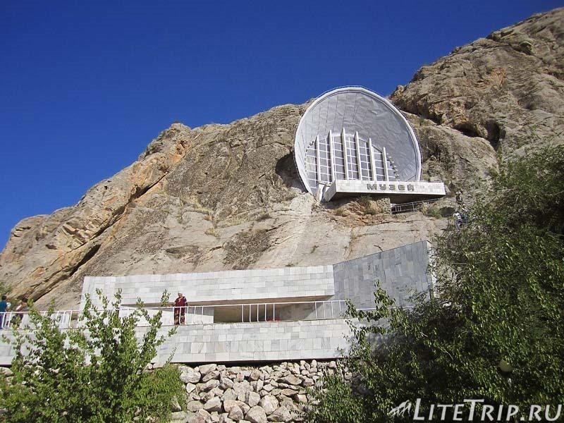 Киргизия. Ош. Гора Сулейман-тоо - музей.