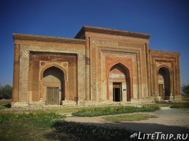 Киргизия. Узген. Мавзолей династии Караханидов - мавзолей
