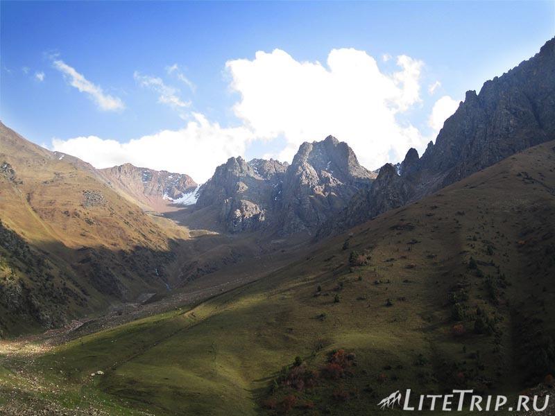 Киргизия. Перевал Тоо Ашуу. Река. Горы.