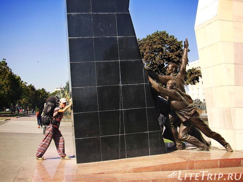 Киргизия. Бишкек. Площадь Ала Тоо. Черно белый монумент.