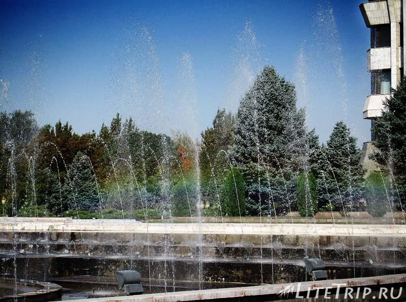 Киргизия. Бишкек. Площадь Ала Тоо. Радуга в фонтане.