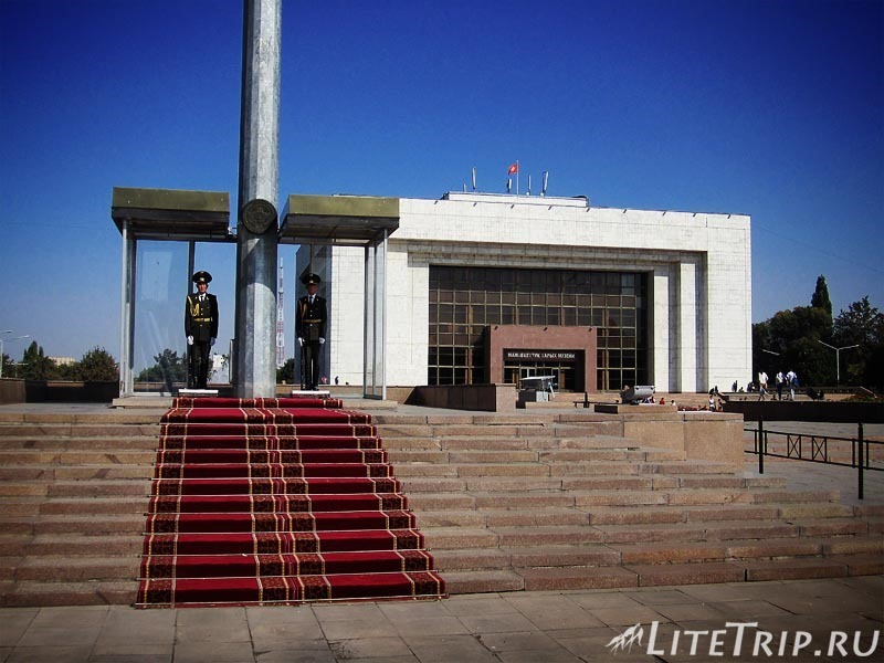 Киргизия. Бишкек. Площадь Ала Тоо. Караул и музей на заднем плане.