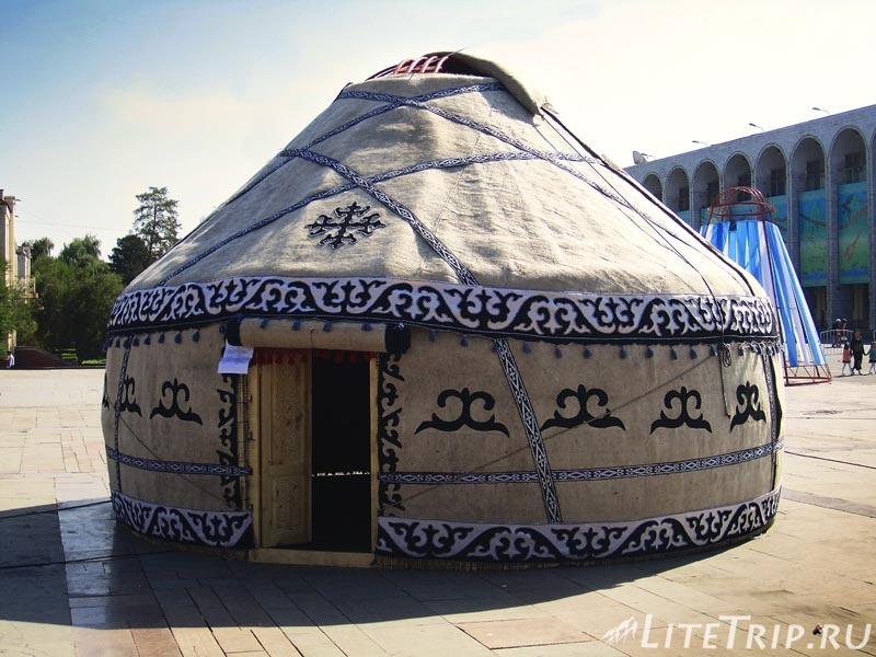 Киргизия. Бишкек. Площадь Ала Тоо. Юрта.