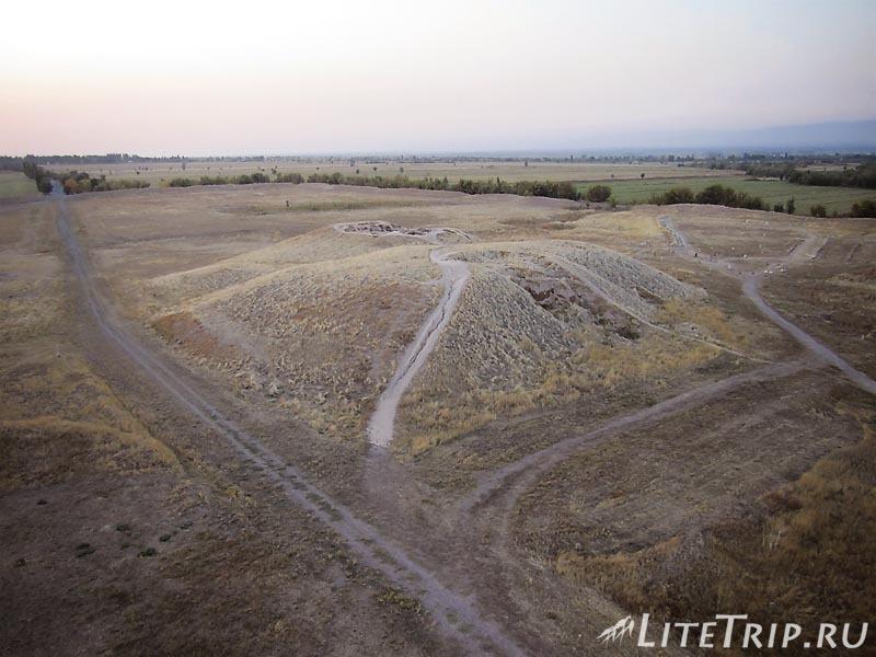 Киргизия. Бурановское городище - развалины дворцового комплекса.