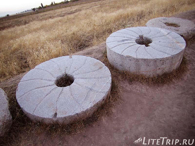 Киргизия. Бурановское городище - мельничные жернова.