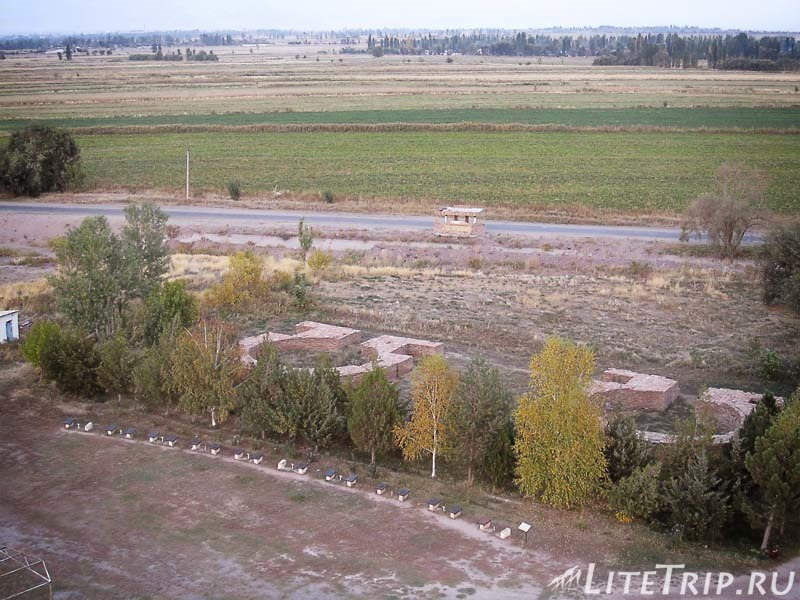 Киргизия. Бурановское городище - развалины мавзолеев.