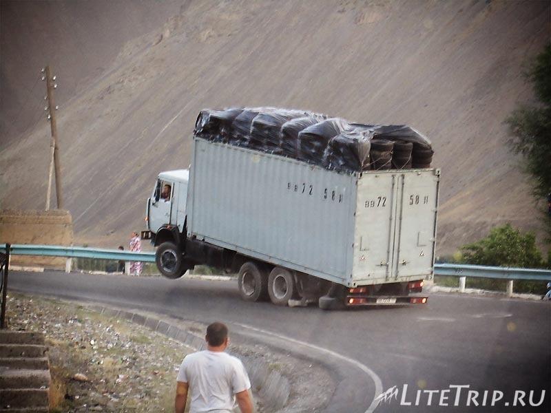 Таджикистан. Перевал Худжанд - Душанбе. Грузовик.
