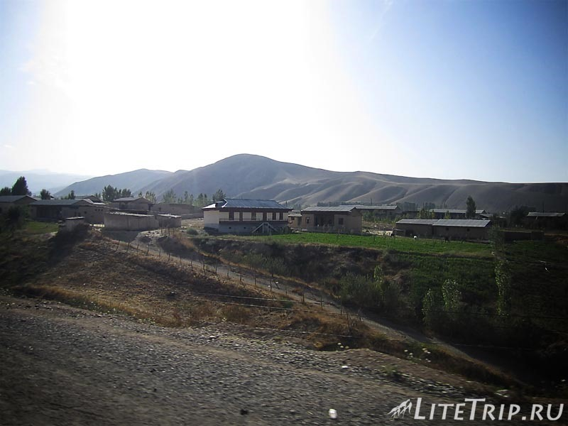 Таджикистан. Перевал Худжанд - Душанбе. Село.