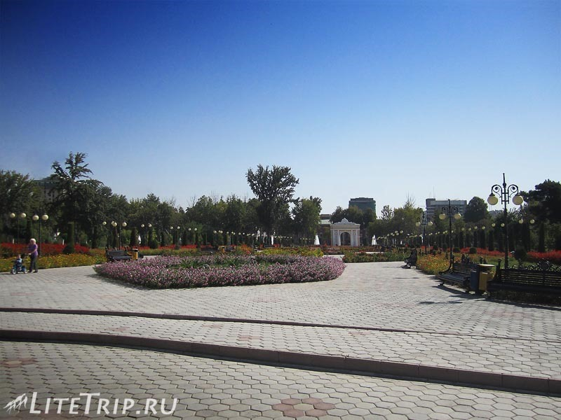 "Таджикистан. Душанбе. Городской сад ""Боги Рудаки""."