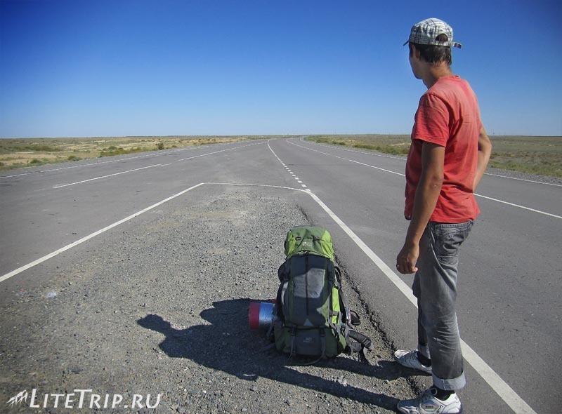 Казахстан. Пустынная дорога в степях.