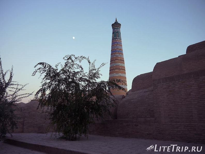 Узбекистан. Хива. Ичан Кала - минарет мечети Джума.