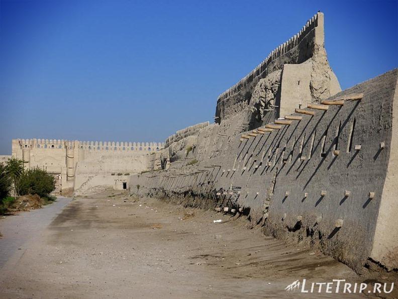 Узбекистан. Бухара. Старинные городские стены.