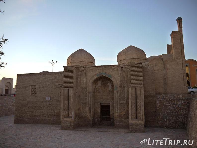 Узбекистан. Бухара. Квартальная мечеть Магоки-Аттари.