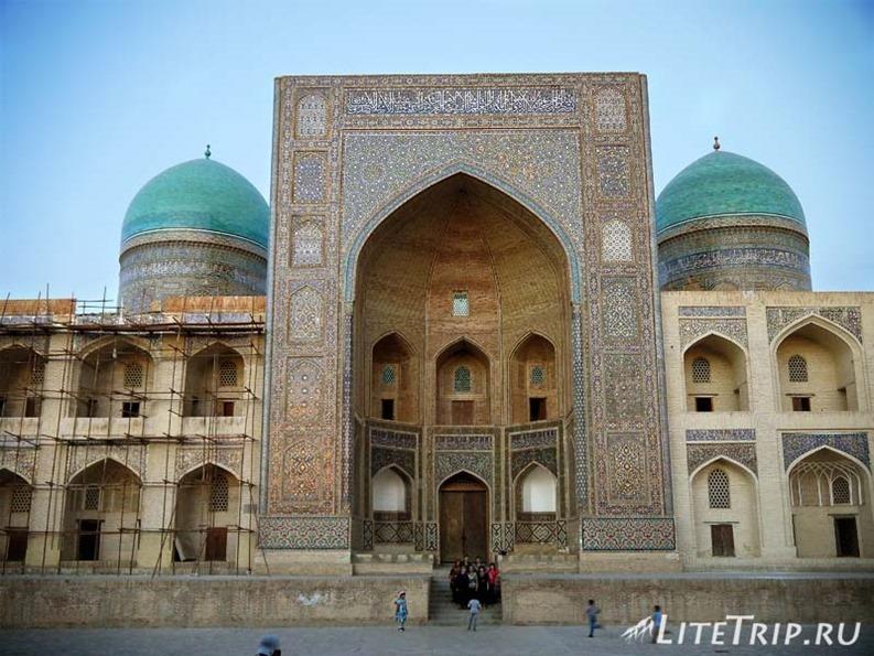 Узбекистан. Бухара. Площадь Пои-Калян. Медресе Мири-Араб.