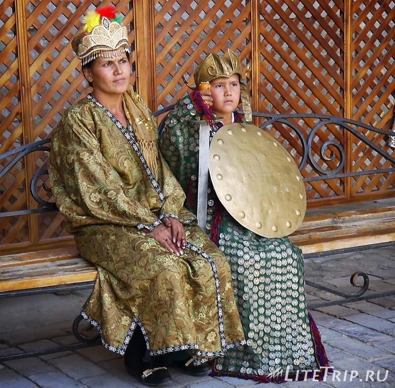 Узбекистан. Самарканд. Регистан - фото в костюмах.