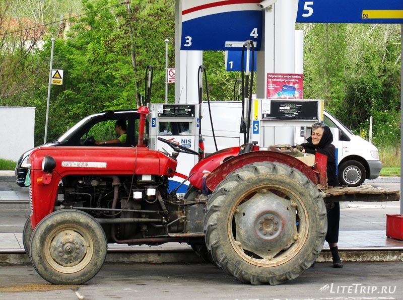 Сербия. Бабуля на тракторе.