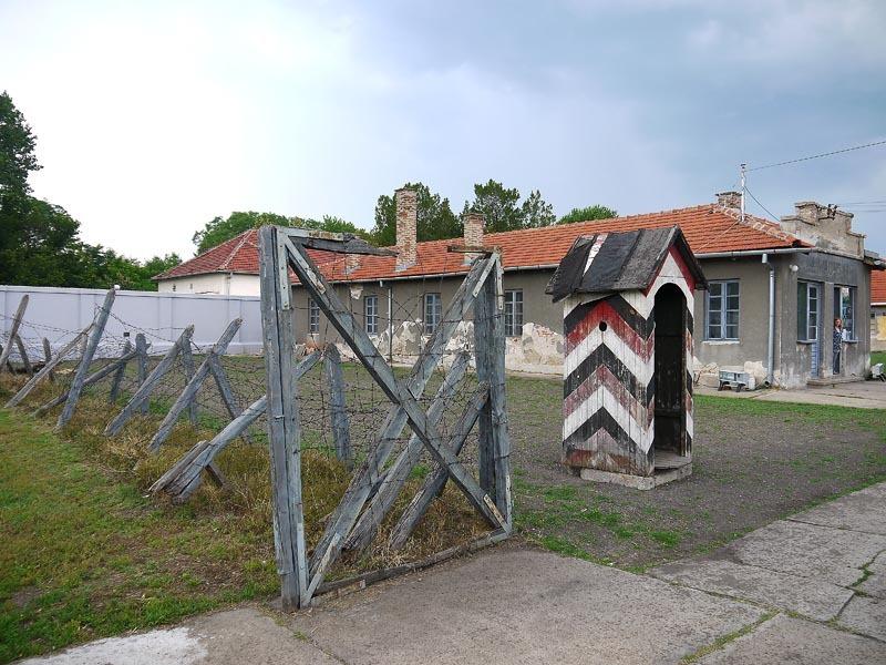 Сербия. Мемориал Црвени Крст в Нише. Будка.