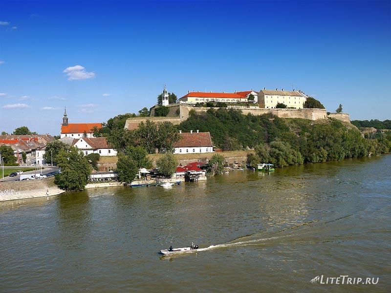 Сербия. Петроварадинская крепость на Дунае.