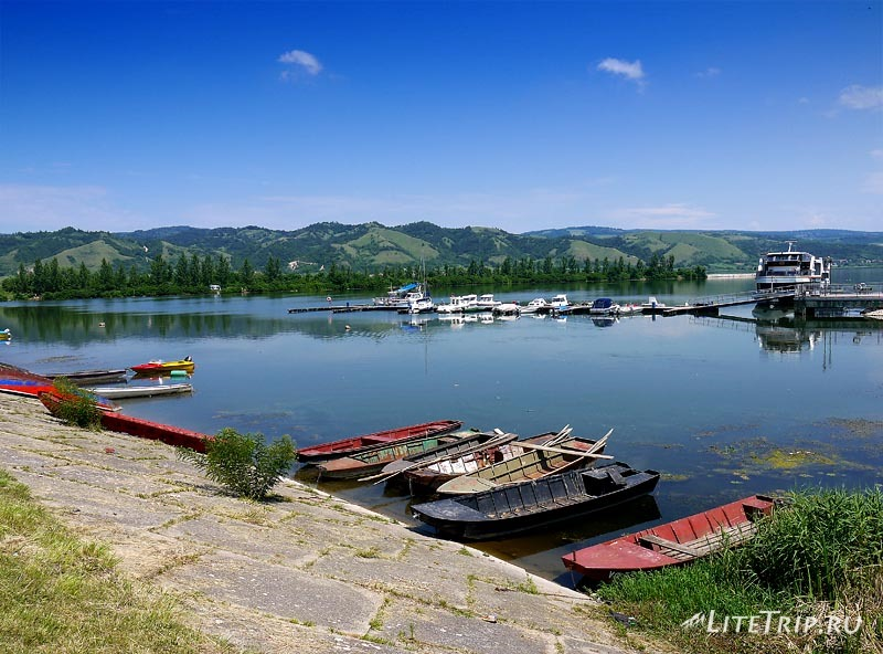 Сербия. Лодки Серебряного озера.